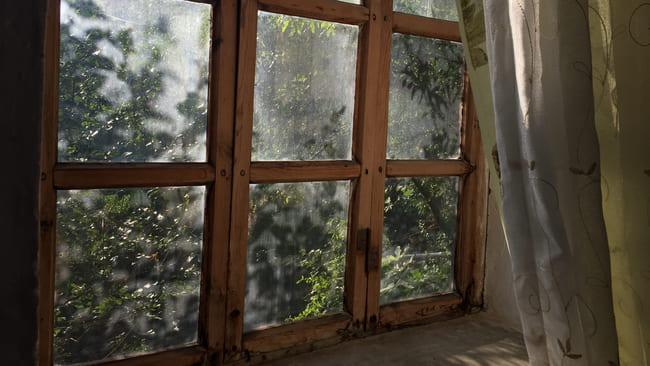 Chiudi-le-finestre-di-giorno-aprile-alla-sera-combattere-il-caldo-in-casa