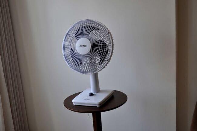Come-raffreddare-una-stanza-Usa-un-ventilatore